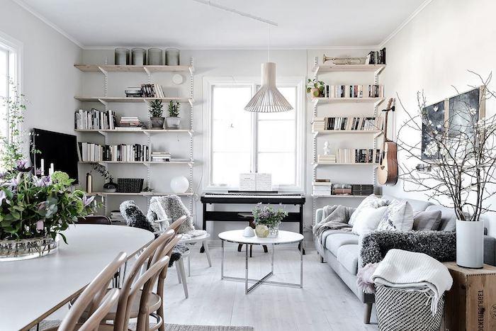 deco salon style scandinave, parquet en bois peint en blanc, canapé avec coussins décoratifs, chaise blanche avec housse en faux fur