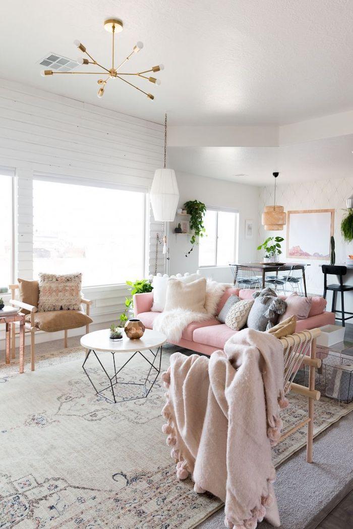 deco esprit scandinave, plafond blanc, canapé en velours rose pastel, chaise en bois avec coussins marron