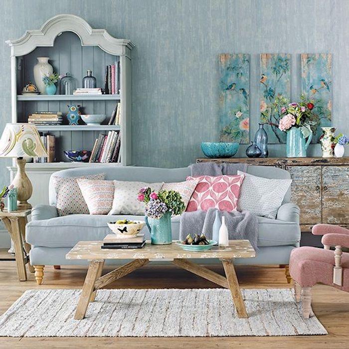 parquet clair, canape shabby chic bleu, table en bois, coussins multicolores, bibliothèque rangement bleu pastel, deco murale panneaux chinoiseries, bouquets de fleurs