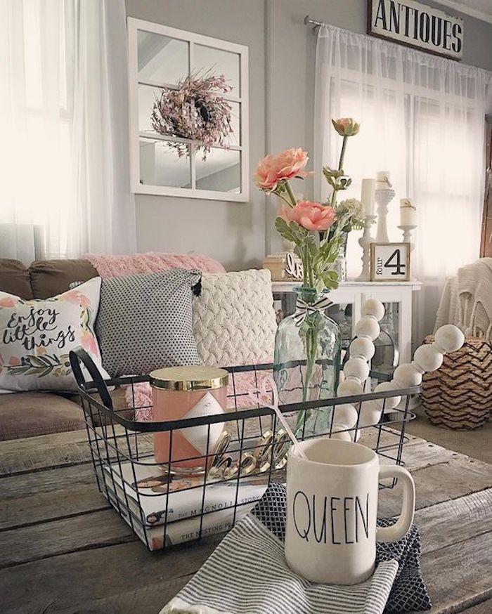 exemple salon shabby chic, style campagne, table en bois brut, coussins multicilores, panier en metal, bouquet de fleurs, rideaux blanches