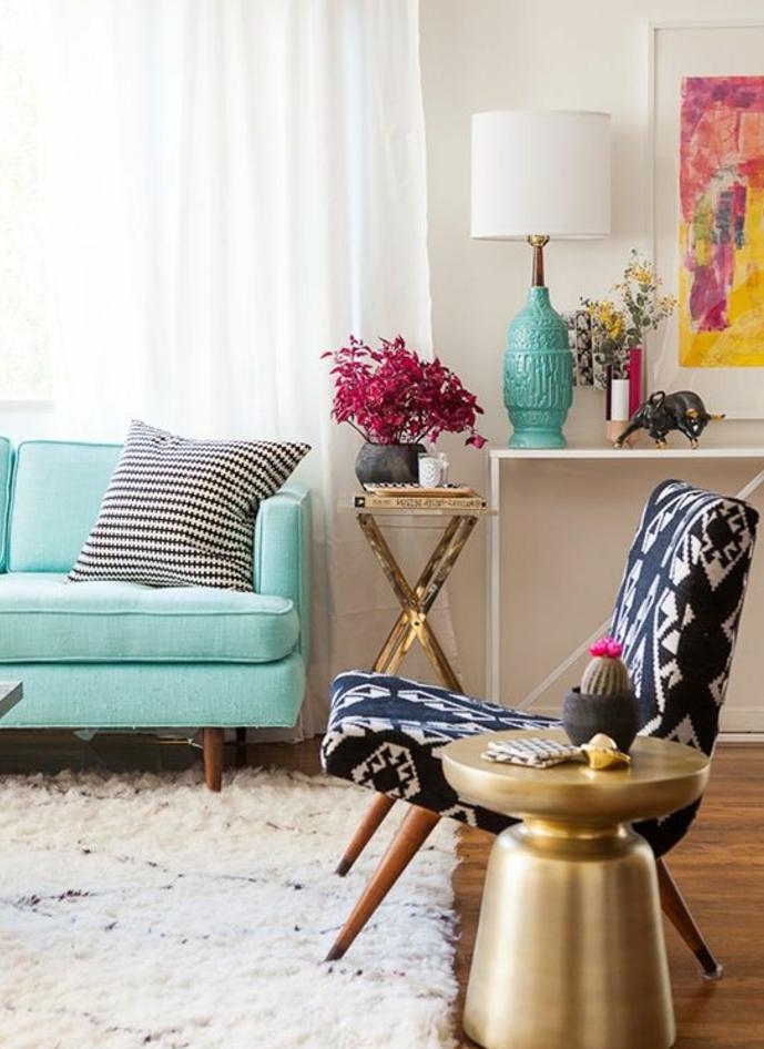 salon blanc avec canapé vert mint, vert d eau, coussin en noir et blanc, fauteuil en noir et blanc, tapis blanc, mur couleur blanche, cadre peinture abstraite