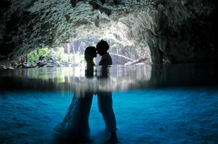 une séance photo originale et tendance, photo de couple dans une cave dans l'esprit de la tendance trash the dresse