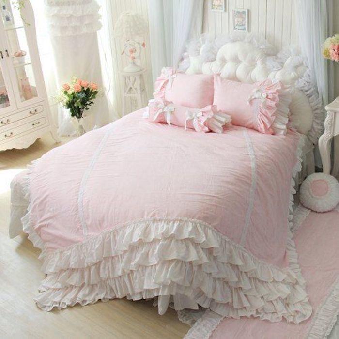 chambre shabby chic, linge de lit rose et blanc, parquet clair, armoire blanche, bouquet de fleurs, lambris blanc