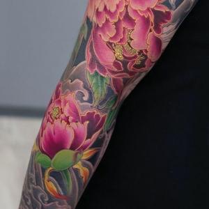 Le tatouage pivoine - découvrez la magie des dessins floraux symboliques
