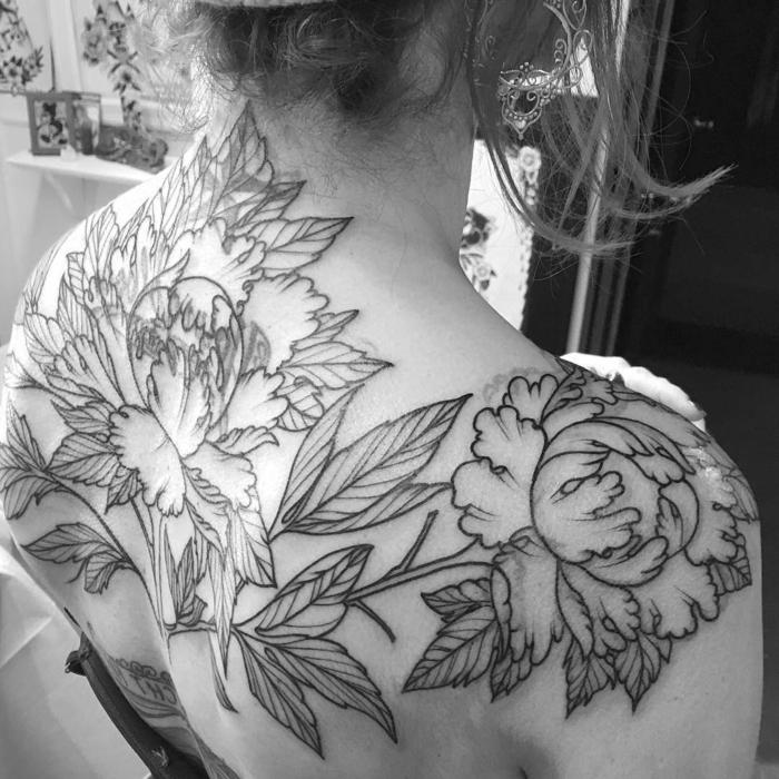 signification tatouage, tatouage en une couleur au dos, plusieurs pivoines noires