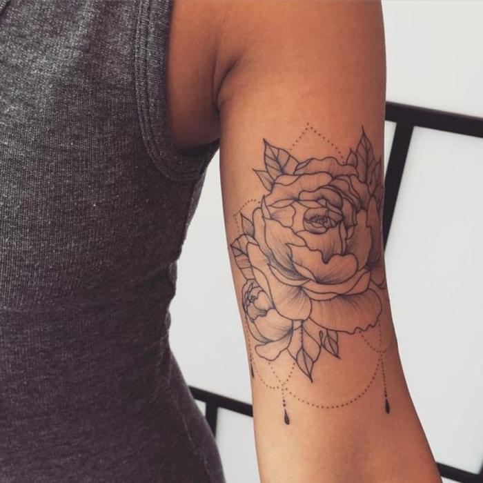 signification tatouage, tatouage au bras, design subtil et très joli de pivoine