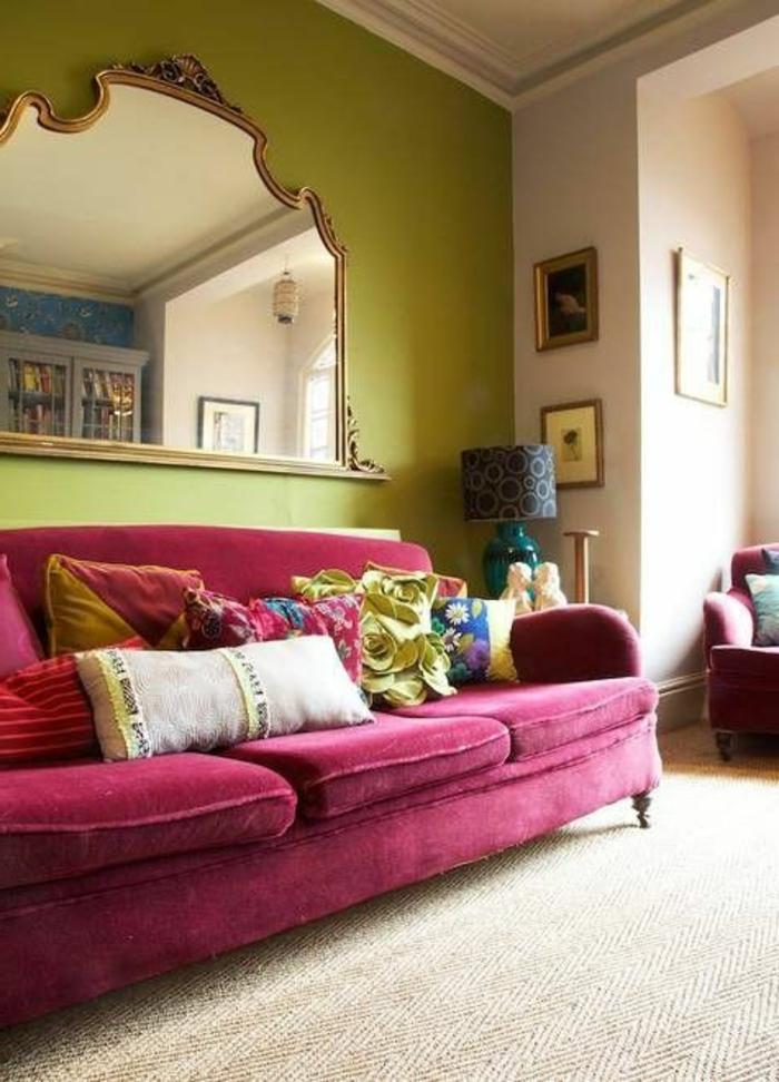 quelle couleur associer avec l'aubergine, salon unique avec grand miroir baroque, sofa vintage aubergine