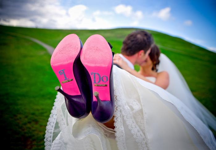 une photo mariage originale qui met en valeur les chaussures de mariée, des stickers autocollants pour semelles