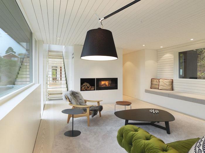 deco esprit scandinave, revêtement de plafond en bois peint en blanc, éclairage led, table basse en noir