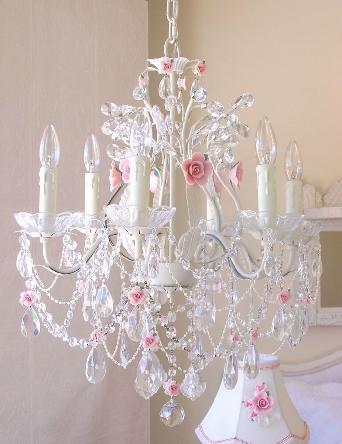 lustre baroque, décoré de cristal, breloques, decoration de fleurs rose artificielles, bougies électriques, style shabby chic comment faire