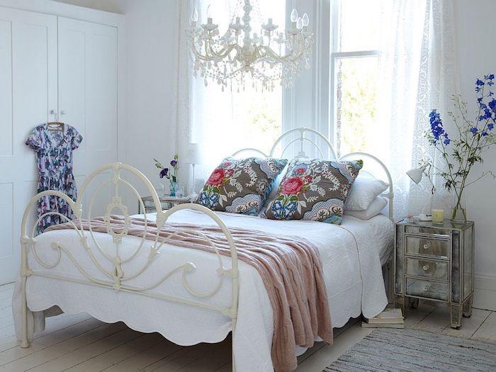 chambre shabby chic, lit metallique, housse oreiller grise à motifs floraux, lustre élégant, parquet clair, dressing blanc, chambre féminine
