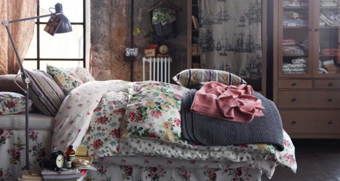 exemple de style shabby chic récup, linge de lit fleuri, armoire de rangement vêtements marron, mur défraichie, style industriel