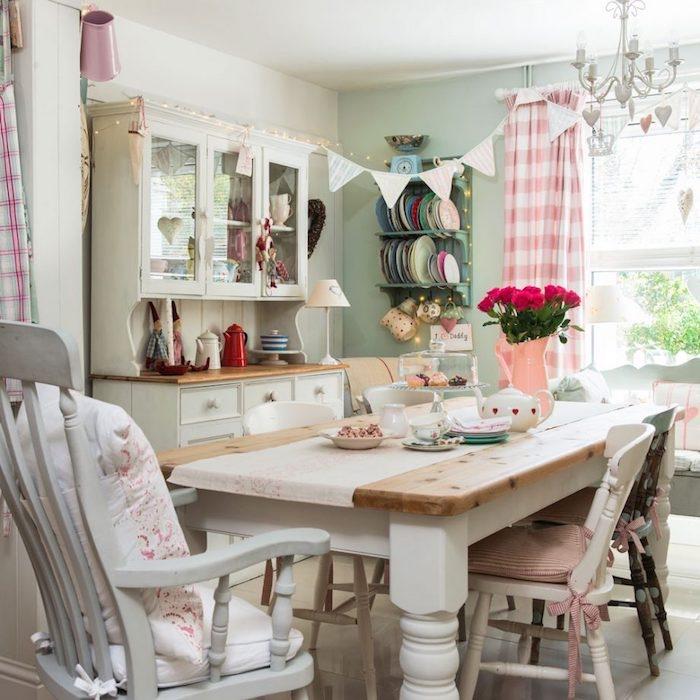 idée de style shabby chic récup, table en bois, chaises en bois, repeintes en blanc, vaisselier blanc et vaisselle multicolore, bouquet de fleurs