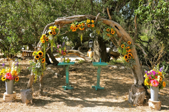 Une decoration mariage fleur compo florale mariage arche mariage exterieur fleurs tournesols