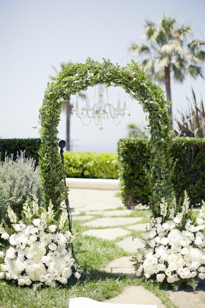 Noble déco mariage composition mariage chandelier fleuri pour mariage palmes allée