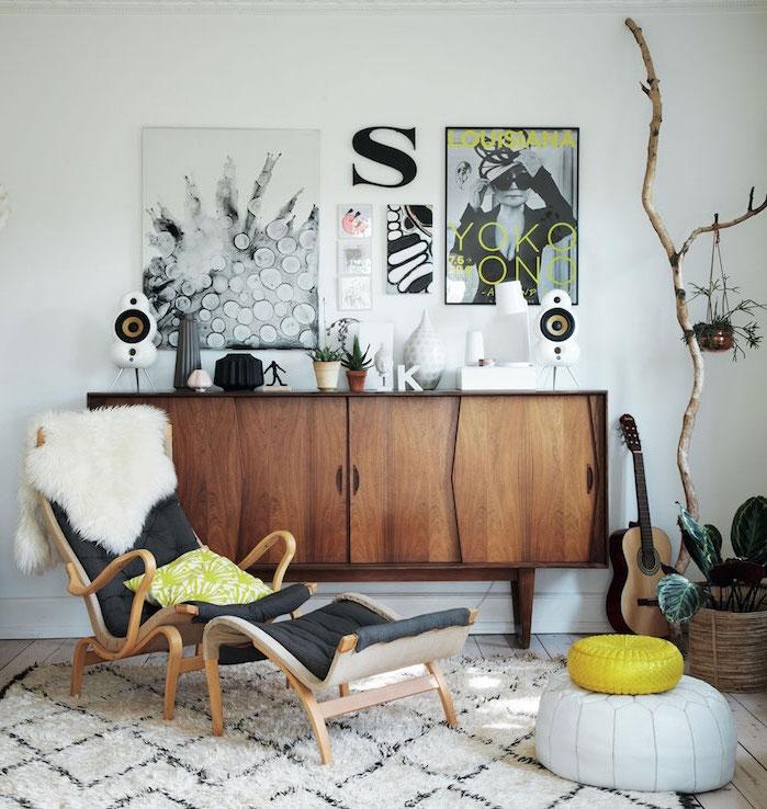 deco scandinave, murs peints en blanc, armoire en bois, chaise en bois avec dos en cuir boutonné, petites fleurs vertes