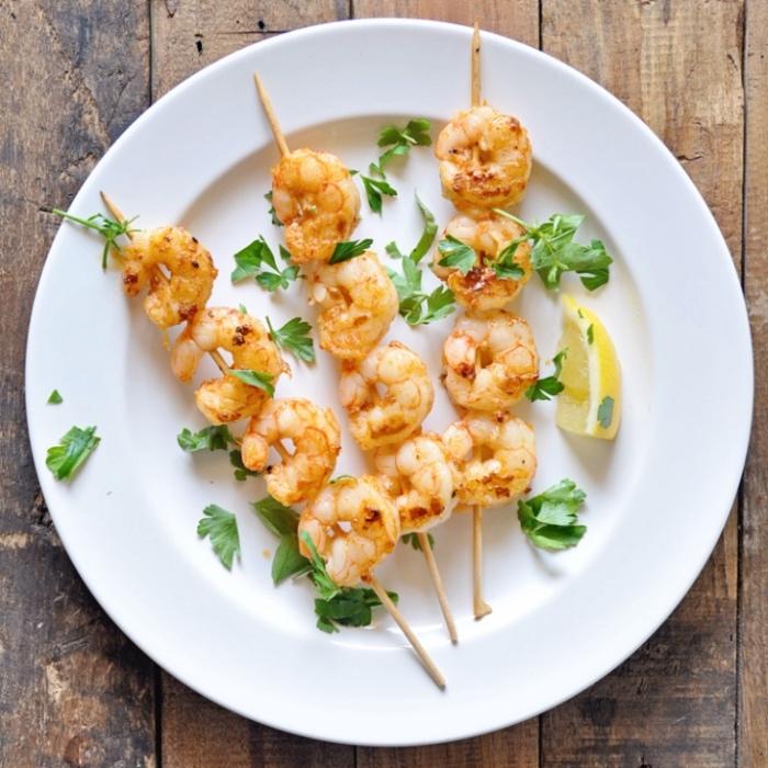 idee comment faire des tapas, une brochette de crevettes avec sel, citron, persil, paprika, recette entre amis