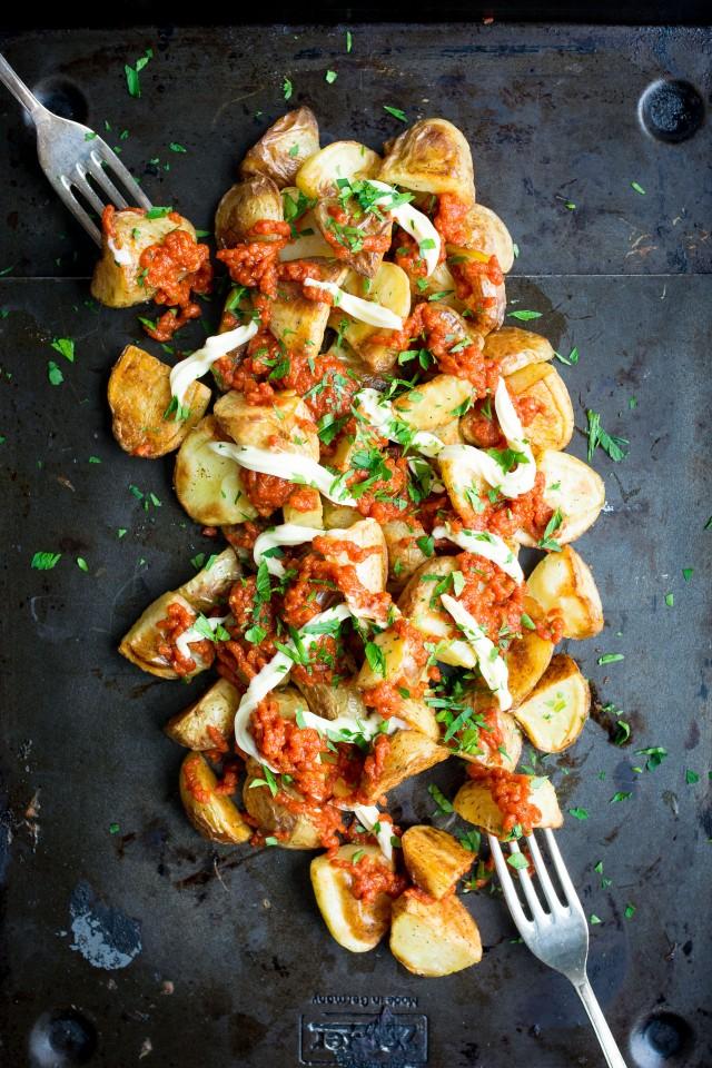 recette tapas pour faire patatas bravas, patates, pommes de terre avec de la sauce tomate épicée et mayonnaise