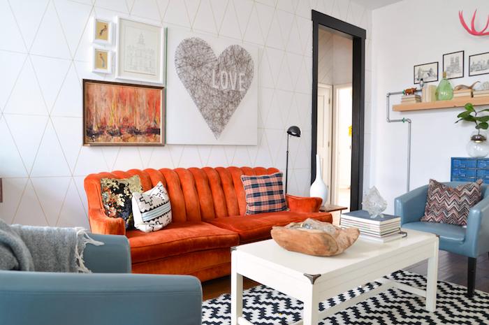 papier peint motifs géométriques, table de salon en blanc, tapis à motifs géométriques en blanc et noir, peinture coeur mot amour