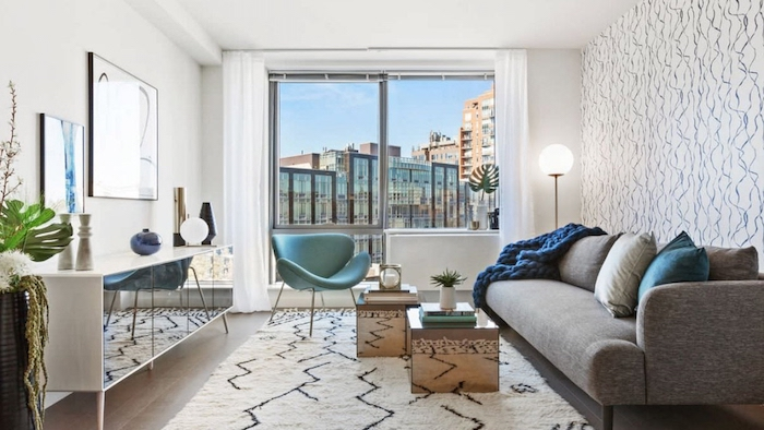 décoration appartement, lampe sur pied blanche, meuble blanc en verre et bois, rideaux longs et blancs, chaise papillon turquoise