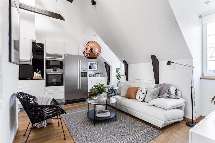 style scandinave, parquet en bois, lampe sur pied en noir, suspension luminaire en métal doré, table ronde en verre