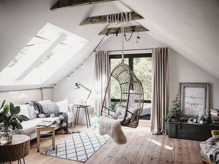 décoration scandinave, parquet en bois, salon sous pente, plafond blanc avec poutre en bois, chaise suspendue avec coussin