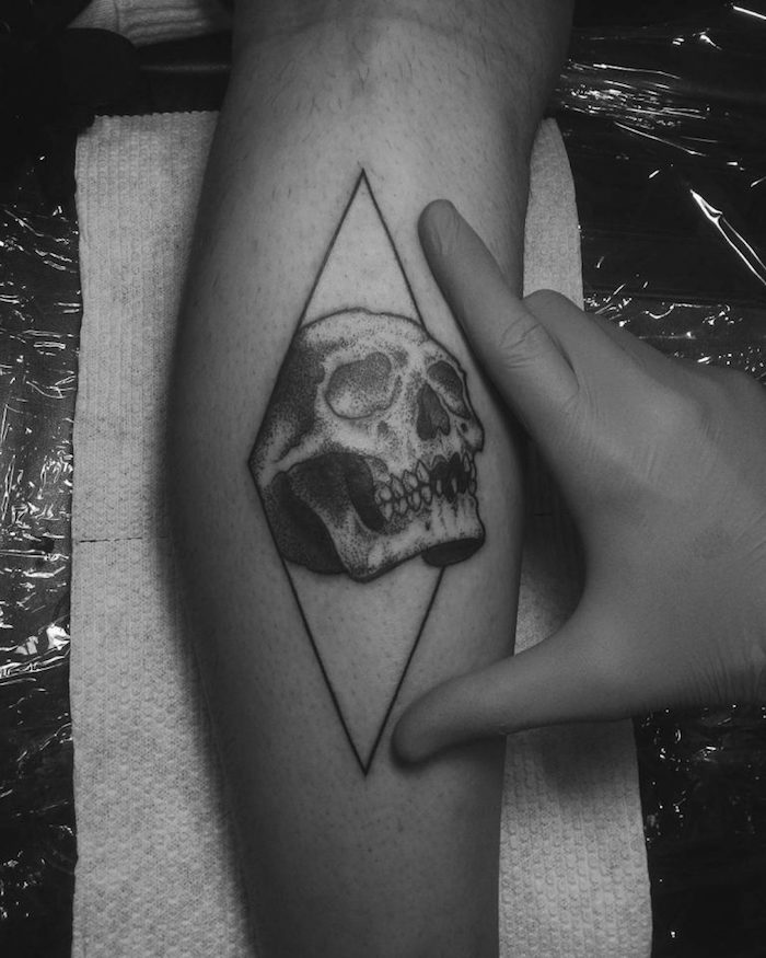 tatouage mollet homme tete de mort modele tattoo mollets triangle