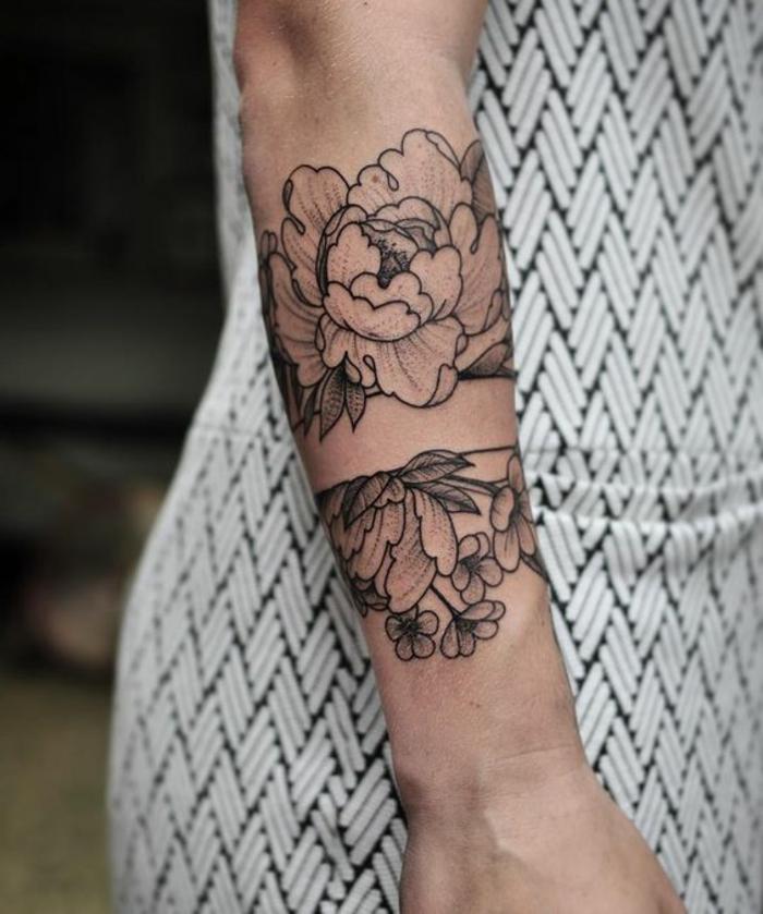 tatouage abstrait, tatouage floral avec de l'encre noire, tatoos femme design floral