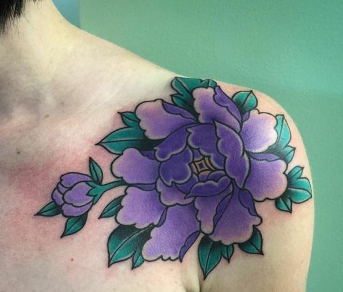 tatouage abstrait, pivoine mauve tatouée sur l'épaule avec des feuilles vertes