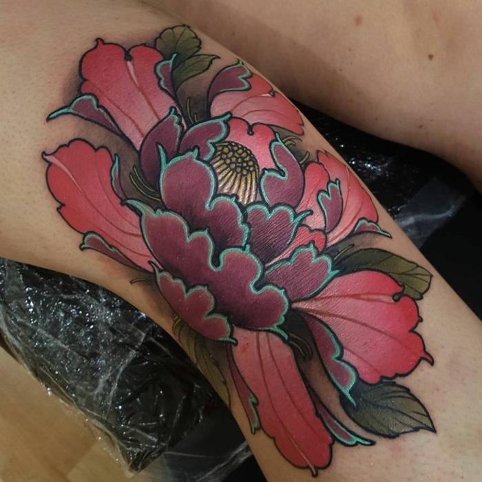 tatouage abstrait, belle pivoine tatouée sur la peau du genou en différentes couleurs