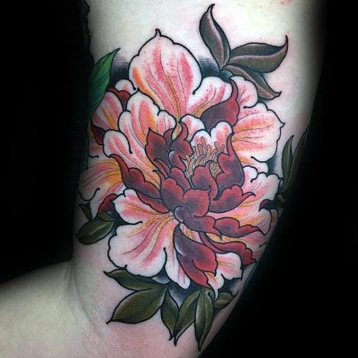 tatouage abstrait, pivoine tatouée en rose rouge et vert, tatouage symbole du romantisme et de l'honneur