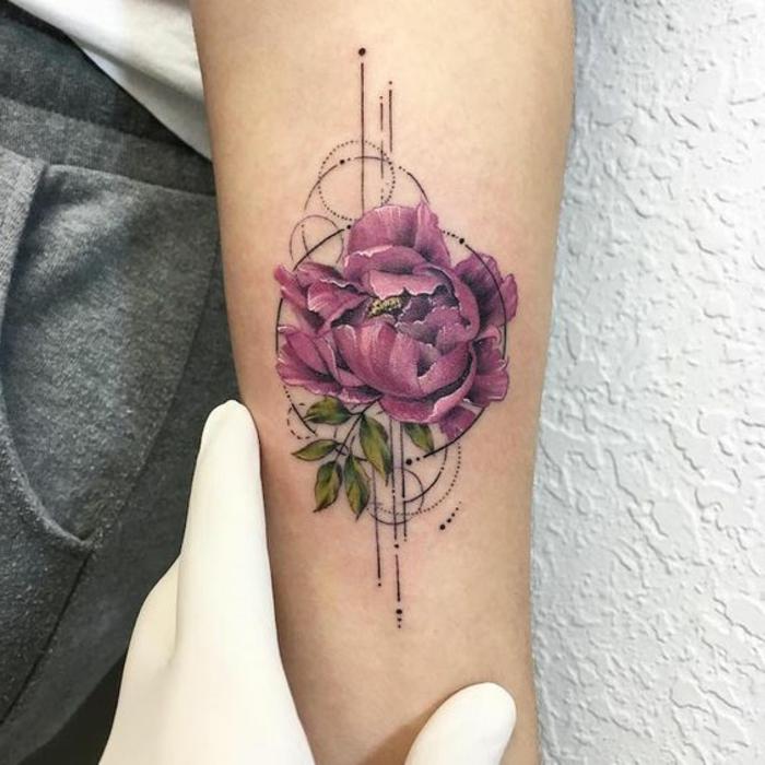 tatouage abstrait pivoine, fleur épanouie lilas avec des motifs graphiques