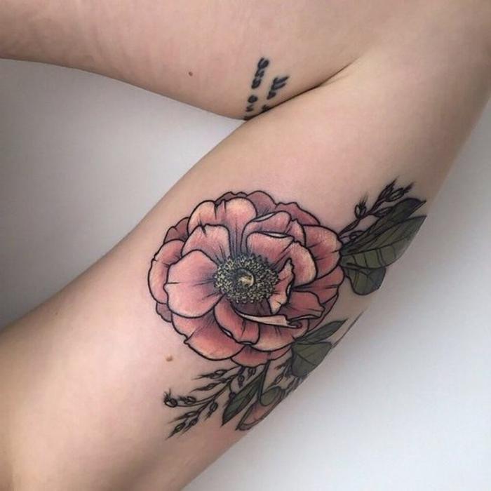 tatouage abstrait, tatouage script à l'avant-bras et pivoine tatouée au bras