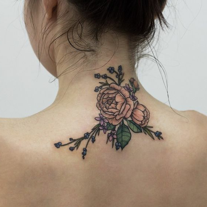 tatouage abstrait, emplacement de tatouage discret, tatouage nuquen pivoines timides