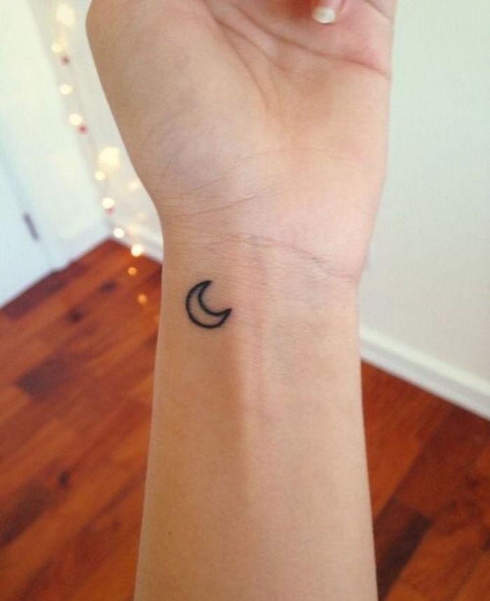mini motif tatouage poignet tattoo de lune discret