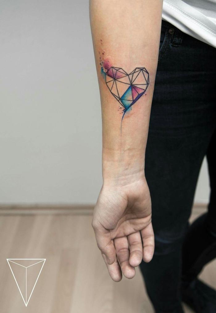 un tatouage avant bras élégant et féminin à motif aquarelle et coeur graphique