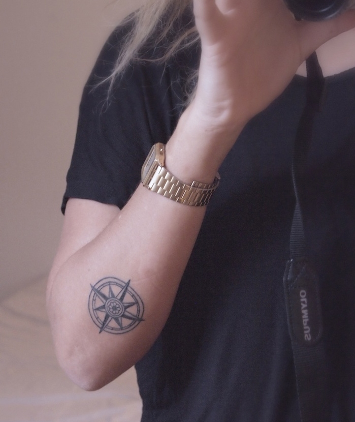 modele rose vents tatouage bras femme boussole marine