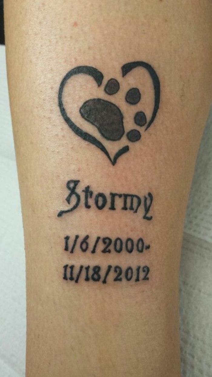 tatouage chat femme, script tatoué, coeur noir, patte d'animal