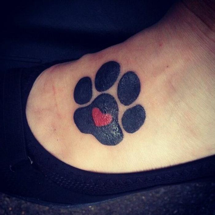 tatouage chat, patte sur la plante en rouge et noir tatouage femme