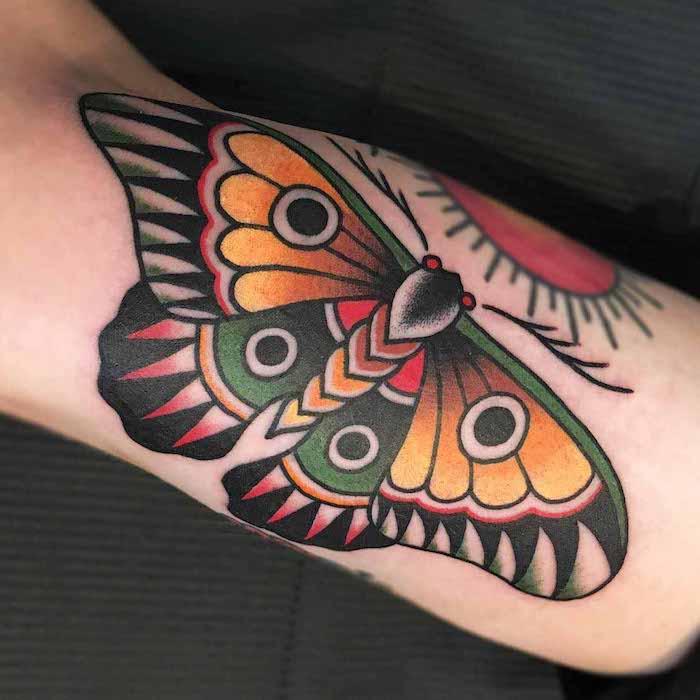 modele tatouage, papillon en couleurs, tatouage sur l'avant bras pour homme