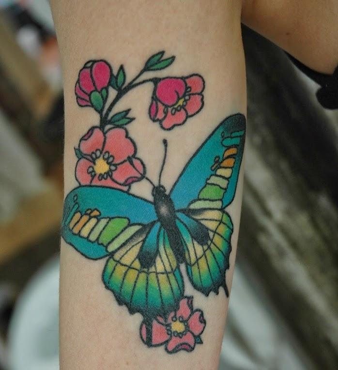 dessin tatouage, art corporel à design féminin, papillon bleu avec fleurs, tatouage sur le bras