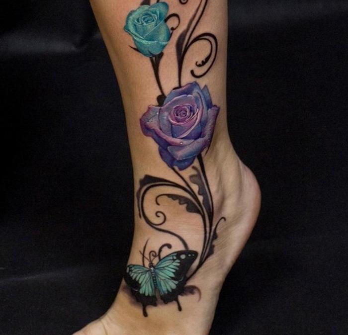 tatouage symbolique, art corporel à motifs rose bleu et violet, idée tatouage avec papillon en couleurs