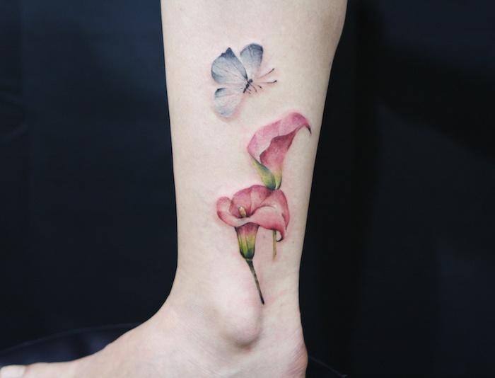 papillon tatouage, dessin en couleurs sur la peau, tatouage avec papillon bleu et motifs floraux rouges