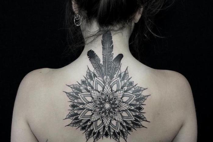 idée tatouage femme, dessin en encre sur la peau, tatouage à design mandala avec plumes sur le cou