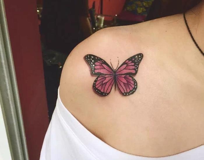 tatouage papillon 3d, blouse blanche avec manches tombantes, dessin en couleur sur le corps