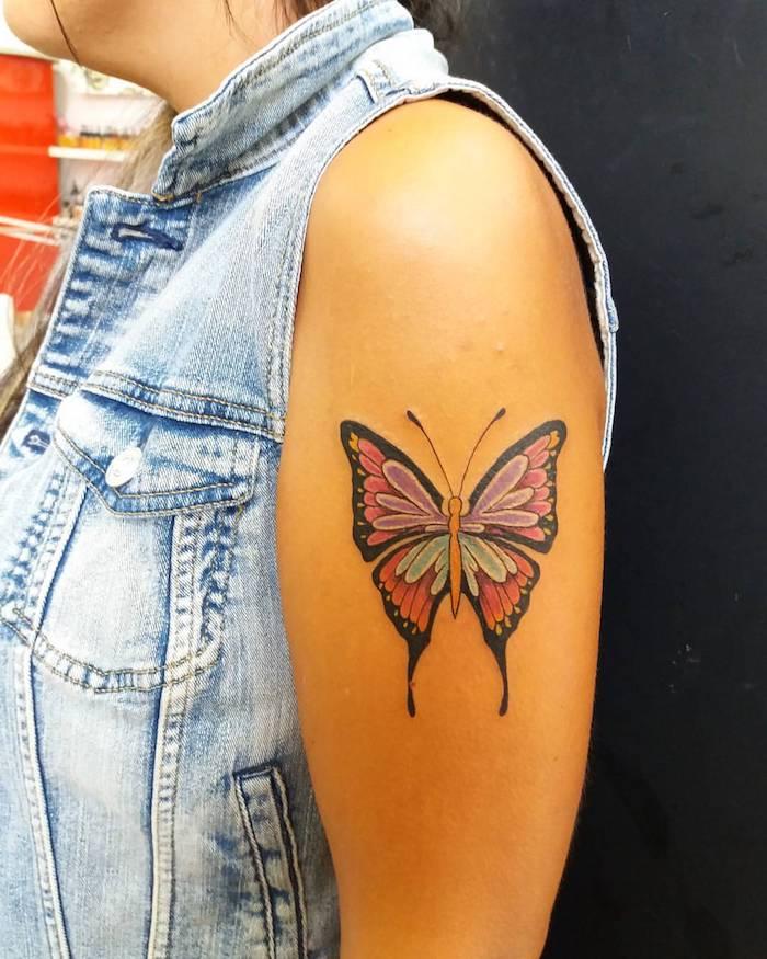 idée tatouage, modèle de veste sans manches, tatouage sur le bras, design tattoo pour femme