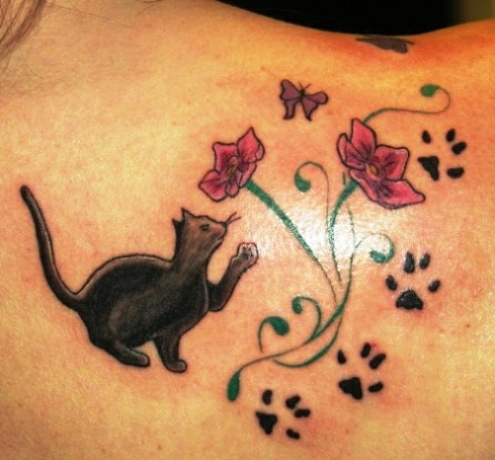 tatouage empreinte, fleurs tatoués, pattes de chat noirs, chat noir