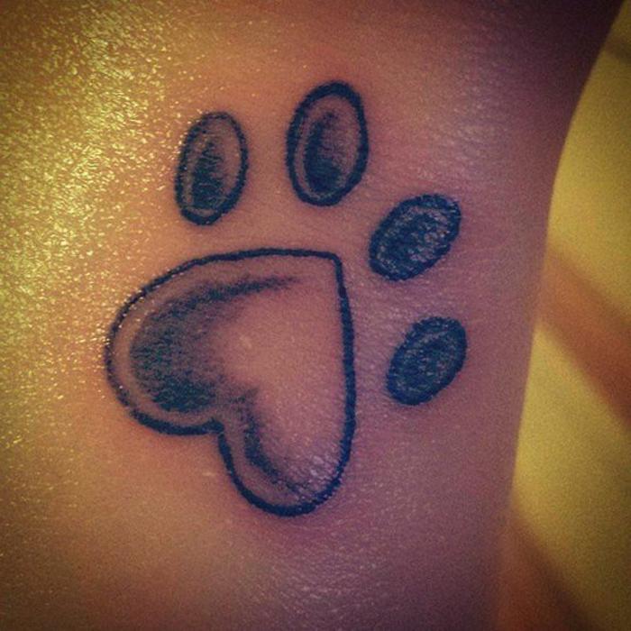 tatouage femme chat, patte animale en forme de coeur avec encre noire