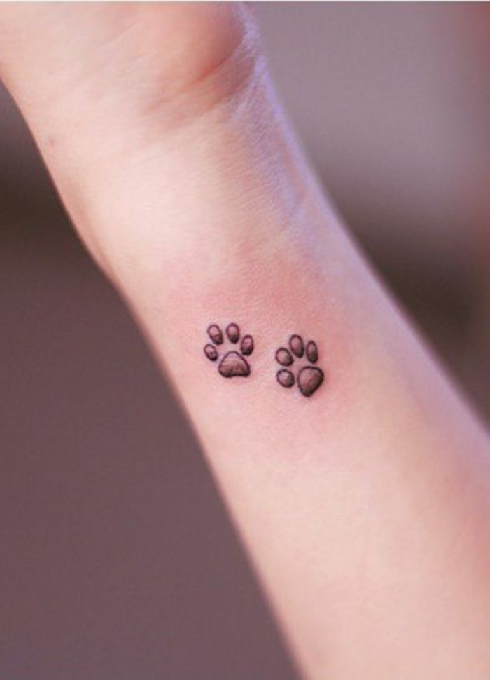 tatouage patte de chien, pattes de chien tatouées sur l'avant-bras