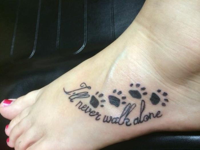 tatouage femme chat, tatouage sur le pied, quatre pattes et texte inspirant